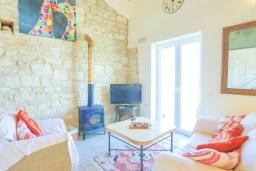 Гостиная. Греция, Кассиопи : Прекрасная вилла с бассейном и видом на море, 5 спален, 4 ванные комнаты, барбекю, парковка, Wi-Fi
