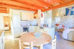 Кухня. Греция, Кассиопи : Прекрасная вилла с бассейном и видом на море, 5 спален, 4 ванные комнаты, барбекю, парковка, Wi-Fi