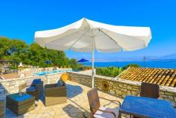 Терраса. Греция, Кассиопи : Прекрасная вилла с бассейном и видом на море, 5 спален, 4 ванные комнаты, барбекю, парковка, Wi-Fi