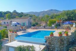 Территория. Греция, Кассиопи : Прекрасная вилла с бассейном и видом на море, 5 спален, 4 ванные комнаты, барбекю, парковка, Wi-Fi