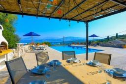 Обеденная зона. Греция, Кассиопи : Прекрасная вилла с бассейном и видом на море, 5 спален, 4 ванные комнаты, барбекю, парковка, Wi-Fi