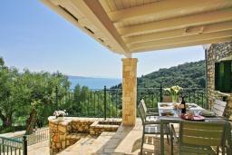 Обеденная зона. Греция, Агни Бэй : Роскошная вилла с бассейном, барбекю и видом на море, 3 спальни, 3 ванные комнаты, парковка, Wi-Fi