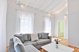 Гостиная. Греция, Агни Бэй : Роскошная вилла с бассейном, барбекю и видом на море, 3 спальни, 3 ванные комнаты, парковка, Wi-Fi