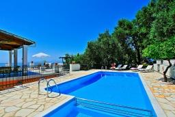 Бассейн. Греция, Нисаки : Роскошная вилла с бассейном, барбекю и видом на море, 5 спален, 3 ванные комнаты, парковка, Wi-Fi