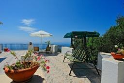 Терраса. Греция, Нисаки : Роскошная вилла с бассейном, барбекю и видом на море, 5 спален, 3 ванные комнаты, парковка, Wi-Fi