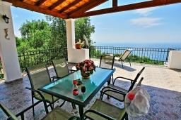 Обеденная зона. Греция, Нисаки : Роскошная вилла с бассейном, барбекю и видом на море, 5 спален, 3 ванные комнаты, парковка, Wi-Fi
