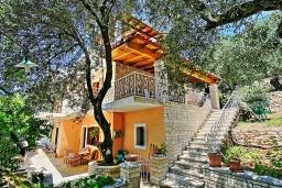 Фасад дома. Греция, Нисаки : Роскошная вилла с бассейном, барбекю и видом на море, 5 спален, 3 ванные комнаты, парковка, Wi-Fi
