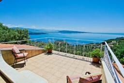 Балкон. Греция, Айос Стефанос : Роскошная вилла с бассейном и видом на море, 5 спален, 3 ванные комнаты, барбекю, парковка, Wi-Fi