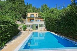 Фасад дома. Греция, Калами : Прекрасная вилла в 60 метрах от пляжа с бассейном и видом на море, 3 спальни, 4 ванные комнаты, парковка, Wi-Fi