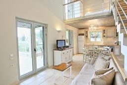 Гостиная. Греция, Калами : Прекрасная вилла в 60 метрах от пляжа с бассейном и видом на море, 3 спальни, 4 ванные комнаты, парковка, Wi-Fi