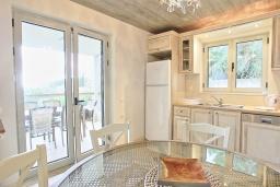 Кухня. Греция, Калами : Прекрасная вилла в 60 метрах от пляжа с бассейном и видом на море, 3 спальни, 4 ванные комнаты, парковка, Wi-Fi