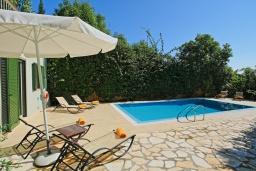 Бассейн. Греция, Калами : Прекрасная вилла в 60 метрах от пляжа с бассейном и видом на море, 3 спальни, 4 ванные комнаты, парковка, Wi-Fi