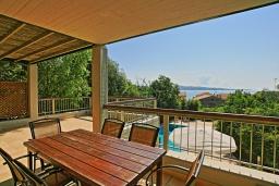 Обеденная зона. Греция, Калами : Прекрасная вилла в 60 метрах от пляжа с бассейном и видом на море, 3 спальни, 4 ванные комнаты, парковка, Wi-Fi