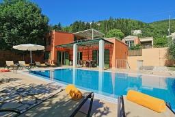 Фасад дома. Греция, Калами : Прекрасная вилла в 60 метрах от пляжа с бассейном и видом на море, 4 спальни, 4 ванные комнаты, парковка, Wi-Fi