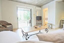 Гостиная. Греция, Калами : Прекрасная вилла в 60 метрах от пляжа с бассейном и видом на море, 4 спальни, 4 ванные комнаты, парковка, Wi-Fi