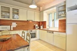 Кухня. Греция, Калами : Прекрасная вилла в 60 метрах от пляжа с бассейном и видом на море, 4 спальни, 4 ванные комнаты, парковка, Wi-Fi