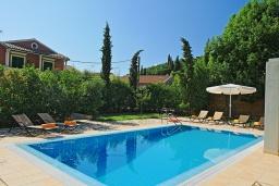 Бассейн. Греция, Калами : Прекрасная вилла в 60 метрах от пляжа с бассейном и видом на море, 4 спальни, 4 ванные комнаты, парковка, Wi-Fi