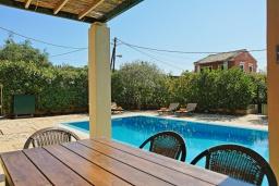 Обеденная зона. Греция, Калами : Прекрасная вилла в 60 метрах от пляжа с бассейном и видом на море, 4 спальни, 4 ванные комнаты, парковка, Wi-Fi