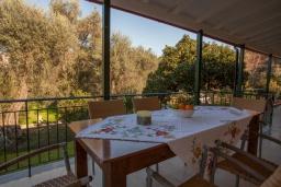 Обеденная зона. Греция, Айос Спиридон : Прекрасная вилла с приватным двориком и барбекю, 3 спальни, 2 ванные комнаты, парковка, Wi-Fi