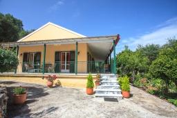 Фасад дома. Греция, Айос Спиридон : Прекрасная вилла с приватным двориком и барбекю, 3 спальни, 2 ванные комнаты, парковка, Wi-Fi