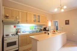Кухня. Греция, Айос Спиридон : Прекрасная вилла с приватным двориком и барбекю, 3 спальни, 2 ванные комнаты, парковка, Wi-Fi