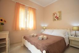 Спальня. Греция, Айос Спиридон : Прекрасная вилла с приватным двориком и барбекю, 3 спальни, 2 ванные комнаты, парковка, Wi-Fi