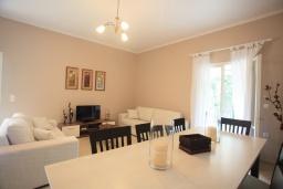 Гостиная. Греция, Айос Спиридон : Прекрасная вилла с приватным двориком и барбекю, 3 спальни, 2 ванные комнаты, парковка, Wi-Fi