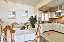 Кухня. Греция, Нисаки : Прекрасная вилла с бассейном и видом на море, 3 спальни, 2 ванные комнаты, парковка, Wi-Fi