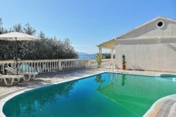 Бассейн. Греция, Нисаки : Прекрасная вилла с бассейном и видом на море, 3 спальни, 2 ванные комнаты, парковка, Wi-Fi