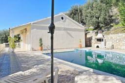 Фасад дома. Греция, Нисаки : Прекрасная вилла с бассейном и видом на море, 3 спальни, 2 ванные комнаты, парковка, Wi-Fi