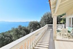 Терраса. Греция, Нисаки : Прекрасная вилла с бассейном и видом на море, 3 спальни, 2 ванные комнаты, парковка, Wi-Fi