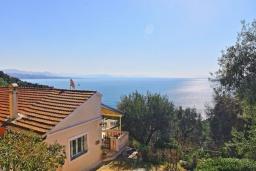 Вид на море. Греция, Нисаки : Прекрасная вилла с бассейном и видом на море, 3 спальни, 2 ванные комнаты, парковка, Wi-Fi