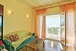 Гостиная. Греция, Нисаки : Прекрасная вилла с бассейном и видом на море, 3 спальни, 2 ванные комнаты, парковка, Wi-Fi