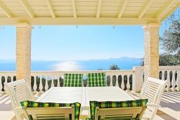 Обеденная зона. Греция, Нисаки : Прекрасная вилла с бассейном и видом на море, 3 спальни, 2 ванные комнаты, парковка, Wi-Fi