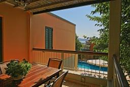 Обеденная зона. Греция, Калами : Прекрасная вилла в 60 метрах от пляжа с бассейном и видом на море, 3 спальни, 3 ванные комнаты, парковка, Wi-Fi