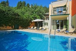 Фасад дома. Греция, Калами : Прекрасная вилла в 60 метрах от пляжа с бассейном и видом на море, 3 спальни, 3 ванные комнаты, парковка, Wi-Fi