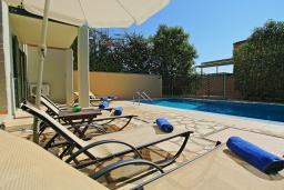 Зона отдыха у бассейна. Греция, Калами : Прекрасная вилла в 60 метрах от пляжа с бассейном и видом на море, 3 спальни, 3 ванные комнаты, парковка, Wi-Fi