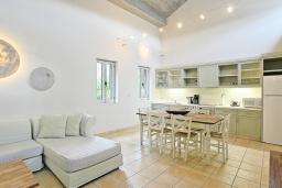 Кухня. Греция, Калами : Прекрасная вилла в 60 метрах от пляжа с бассейном и видом на море, 3 спальни, 3 ванные комнаты, парковка, Wi-Fi