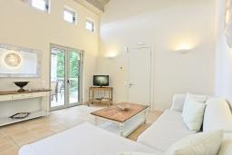 Гостиная. Греция, Калами : Прекрасная вилла в 60 метрах от пляжа с бассейном и видом на море, 3 спальни, 3 ванные комнаты, парковка, Wi-Fi