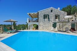Фасад дома. Греция, Гайос : Прекрасная вилла с бассейном и двориком с барбекю, 4 спальни, 4 ванные комнаты, парковка, Wi-Fi