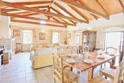 Гостиная. Греция, Гайос : Прекрасная вилла с бассейном и двориком с барбекю, 4 спальни, 4 ванные комнаты, парковка, Wi-Fi