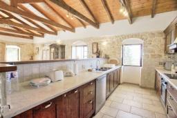 Кухня. Греция, Гайос : Прекрасная вилла с бассейном и двориком с барбекю, 4 спальни, 4 ванные комнаты, парковка, Wi-Fi