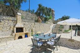 Территория. Греция, Гайос : Прекрасная вилла с бассейном и двориком с барбекю, 4 спальни, 4 ванные комнаты, парковка, Wi-Fi