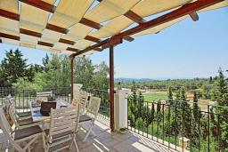 Обеденная зона. Греция, Гайос : Прекрасная вилла с бассейном и двориком с барбекю, 4 спальни, 4 ванные комнаты, парковка, Wi-Fi