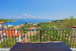 Балкон. Греция, Гайос : Уютная вилла в 200 метрах от пляжа и видом на море, 3 спальни, 2 ванные комнаты, парковка, Wi-Fi