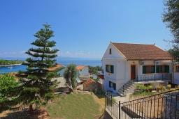 Фасад дома. Греция, Гайос : Уютная вилла в 200 метрах от пляжа и видом на море, 3 спальни, 2 ванные комнаты, парковка, Wi-Fi