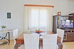 Обеденная зона. Греция, Гайос : Уютная вилла в 200 метрах от пляжа и видом на море, 3 спальни, 2 ванные комнаты, парковка, Wi-Fi