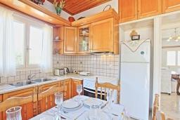 Кухня. Греция, Гайос : Уютная вилла в 200 метрах от пляжа и видом на море, 3 спальни, 2 ванные комнаты, парковка, Wi-Fi