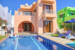 Фасад дома. Греция, Колимбия : Уютная вилла с бассейном и зеленым двориком с барбекю, 3 спальни, 2 ванные комнаты, парковка, Wi-Fi