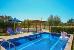 Бассейн. Греция, Колимбия : Уютная вилла с бассейном и зеленым двориком с барбекю, 3 спальни, 2 ванные комнаты, парковка, Wi-Fi